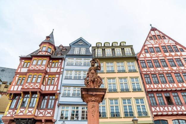 Place de la vieille ville romerberg avec statue de justitia à francfort, en allemagne