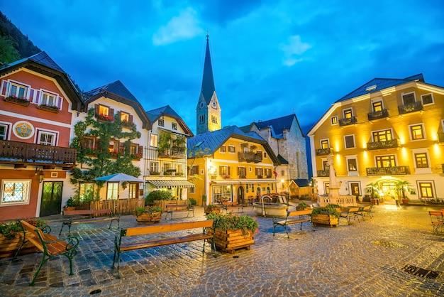 Place de la ville historique de hallstatt la nuit dans les alpes autrichiennes, région du salzkammergut, autriche