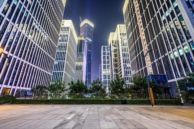Place de la ville et immeubles de grande hauteur modernes
