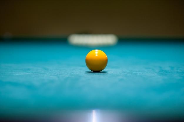 Placement des boules sur une table de billard, préparation d'une grève. club de billard