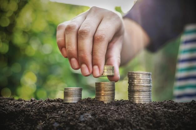 Placer la pièce comme une étape concepts d'investissement et épargne entreprise en croissance