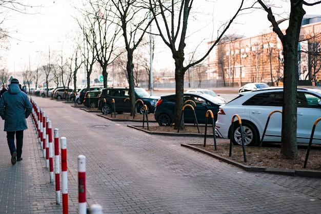 Places de stationnement près de la route avec des tubes barrières rouges et blancs