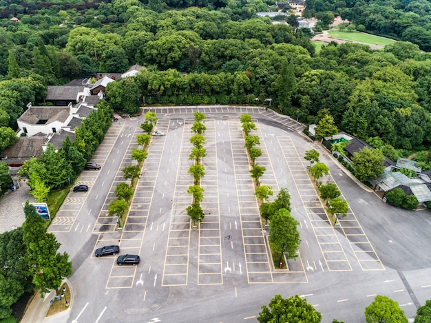 Places de stationnement vides, vue aérienne.