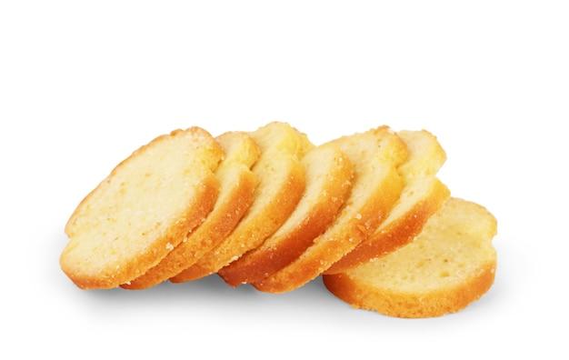 Placez des biscottes avec de la farine de blé entier, du pain tranché isolé sur fond blanc