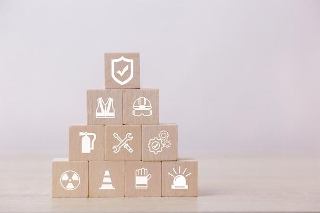 Placez des blocs de bois sur la pyramide. concept de sécurité de travail à 100%.