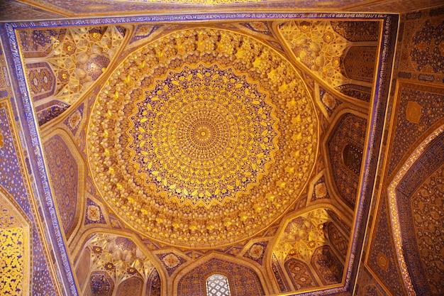 Plafond décoré d'or et d'ornementations à l'intérieur de tillya-kori, sherdor, médersa d'oulougbek sur la place du registan à smarkand en ouzbékistan. 29.04.2019