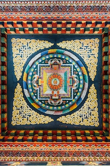 Plafond décoré qui raconte l'histoire de bouddha dans l'art bhoutanais.