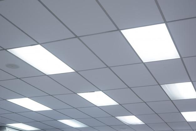 Plafond et éclairage de bureau