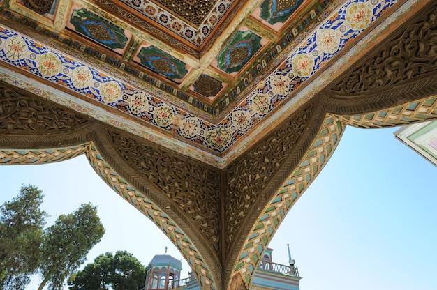 Plafond en forme de dôme dans une mosaïque asiatique ancienne traditionnelle architecture d'asie centrale