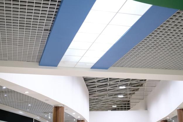 Plafond grillagé, bel intérieur architectural. conception d'un centre commercial et d'un immeuble de bureaux
