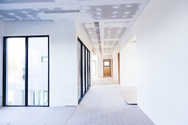 Plafond intérieur vide de panneau de gypse de construction et climatiseur dans le chantier de construction