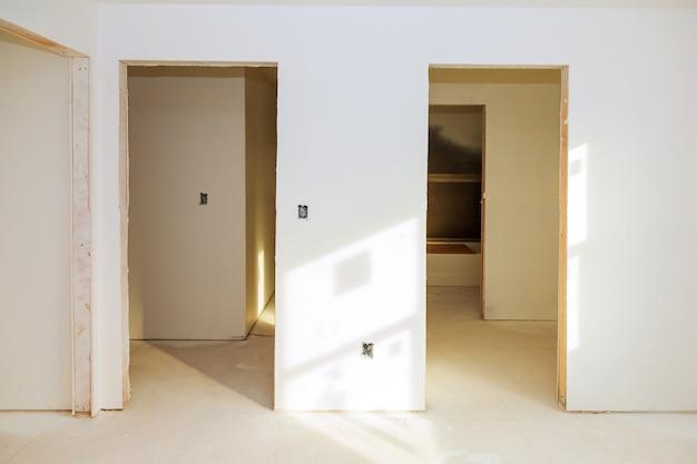 Plafond de plaques de plâtre à la construction