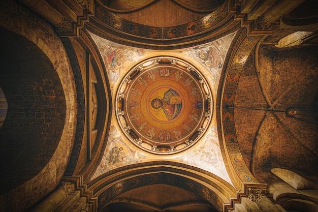 Plafond rond marron et beige