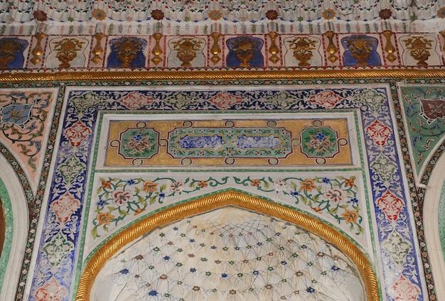 Le plafond sous la forme d'un dôme dans une ancienne mosaïque asiatique traditionnelle architecture de l'asie