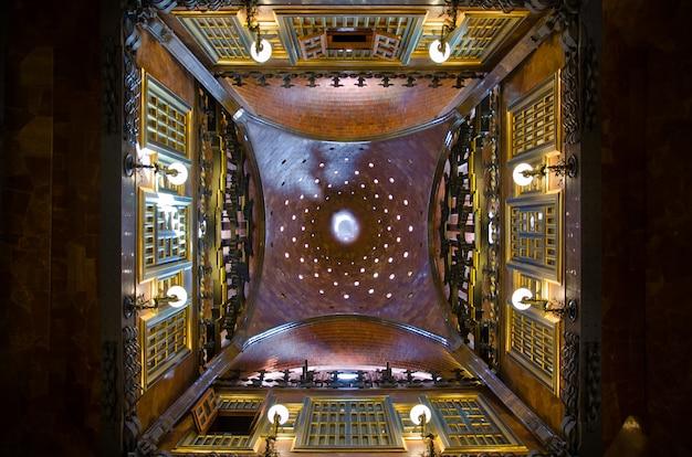 Plafond de la voûte dans le palais güell