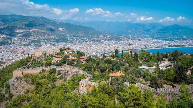 Plage d'alanya vue de dessus sur la montagne château d'alanya avec ferry ferry sur la mer bleue et la ville portuaire