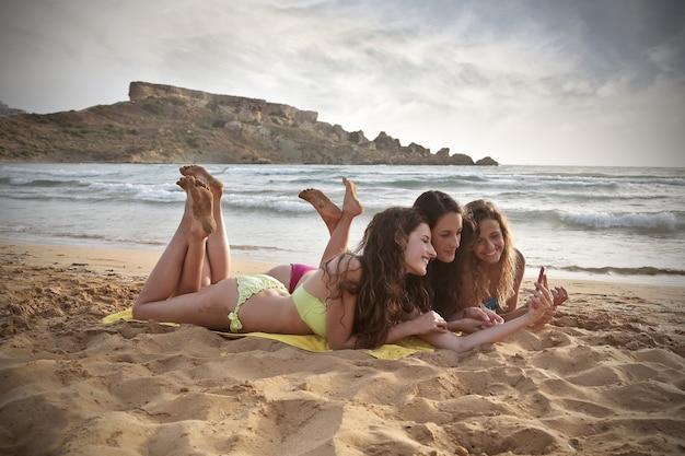 À la plage avec des amis