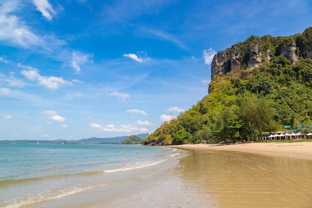 Plage d'ao pai plong, krabi, thaïlande en une journée d'été