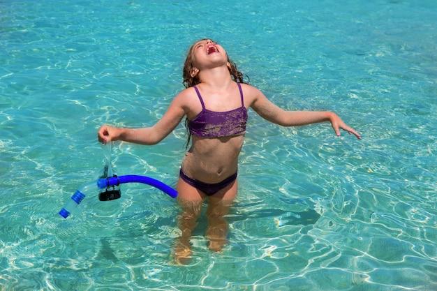 Plage aqua eau et bras ouverts bikini petite fille