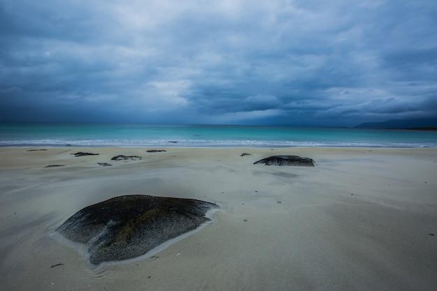Plage d'automne dans les îles lofoten, norvège du nord
