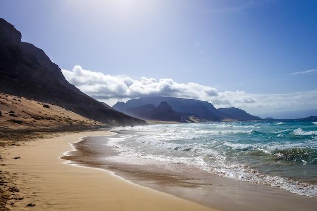 Plage de baia das gatas sur l'île de sao vicente, cap-vert