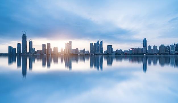Plage et bel horizon de la ville la nuit, qingdao, chine