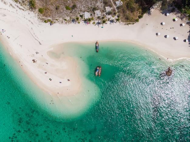 La plage blanche avec la mer émeraude à l'île de lipe