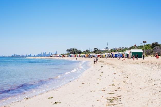 La plage de brighton et les boîtes de bain colorées, melbourne, en australie. février 2017.