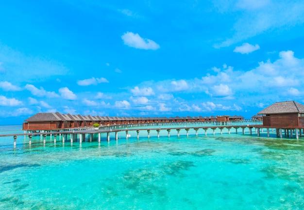Plage avec bungalows sur pilotis aux maldives