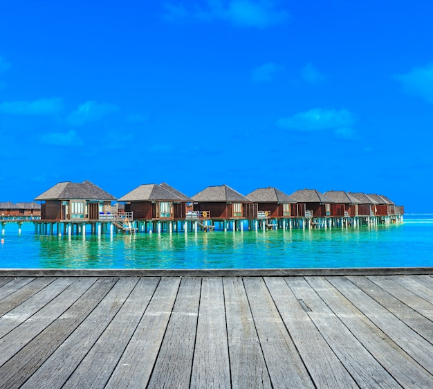 Plage avec bungalows sur pilotis maldives