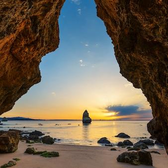 Plage de camilo au lever du soleil, algarve, portugal