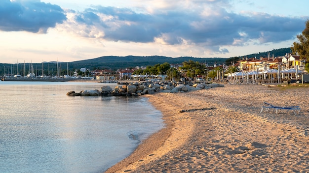 Plage sur la côte de la mer égée de la grèce à skala fourkas avec des rangées de gros rochers