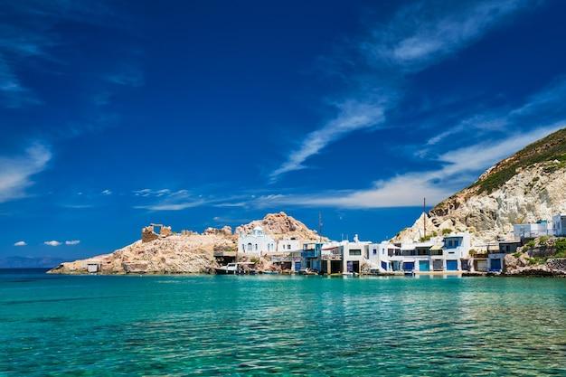 La plage du village de firapotamos à milos en grèce