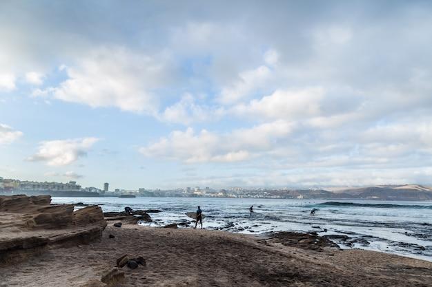 Plage el confital au lever du soleil à gran canaria, îles canaries, espagne. paysage volcanique côtier.