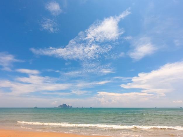 Plage en été avec un ciel bleu.