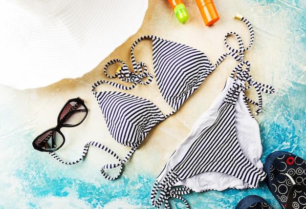 Plage d'été, ensemble d'accessoires d'été pour nager et bronzer sur la mer, concepts de vacances