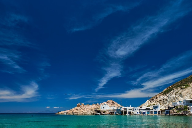 La plage de firapotamos à milos en grèce