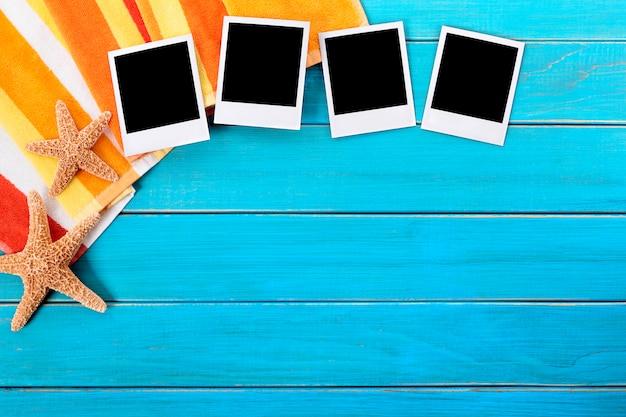 Plage de fond avec quatre impressions vierges photo polaroid
