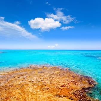 Plage de formentera es calo avec une mer turquoise