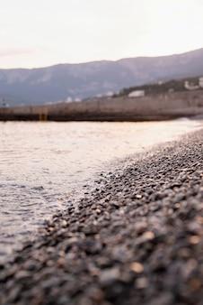 Plage de galets en crimée et la mer, fond de nature. mettre l'accent sur l'arrière-plan