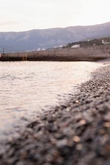 Plage de galets en crimée et la mer, fond nature