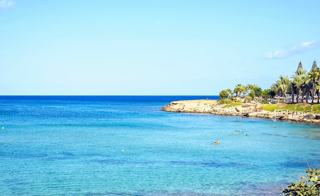 Plage avec des gens qui nagent à chypre