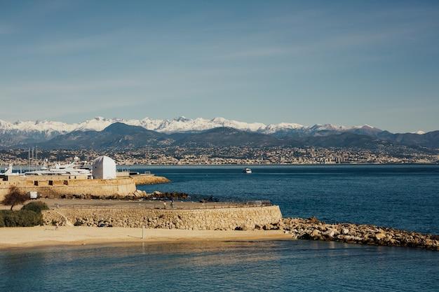 Plage de la gravette sous les remparts du port vauban. antibes - une ancienne ville balnéaire sur la côte d'azur.
