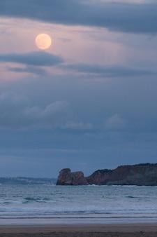 La plage d'hendaia avec la pleine lune avant eclypse au pays basque