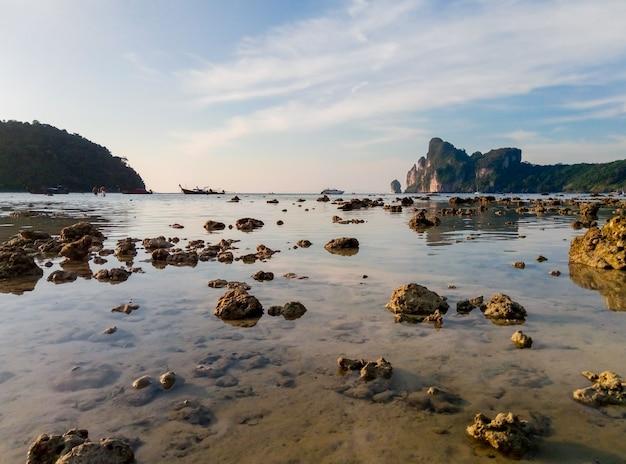 Plage de l'île tropicale au paysage de marée basse. le niveau de l'eau a baissé et voir le fond de l'océan