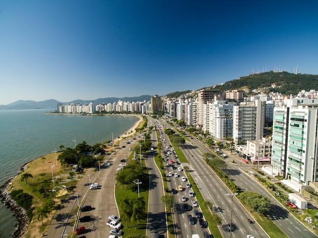 Plage et immeubles beira mar norte / florianopolis. santa catarina, brésil. juillet 2017