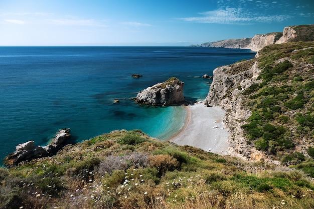 Plage de kaladi sur l'île de cythère, ionienne, grèce