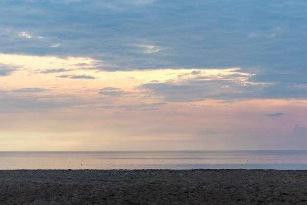 La plage et la lumière du soir
