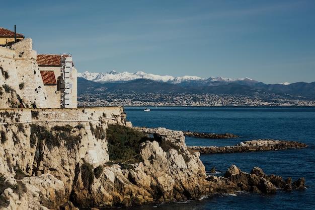 Plage de luxe à antibes sur la côte d'azur, côte d'azur avec des montagnes enneigées en arrière-plan.