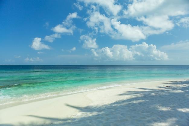 Plage des maldives sable clair et eau de mer avec ciel bleu